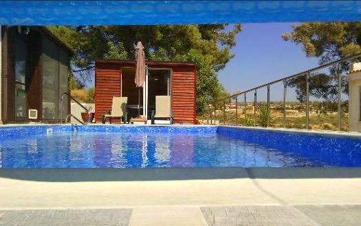 Detached 3 bedroom bungalow with heated pool