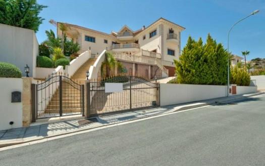 Imposing 5 bedroom villa for rent