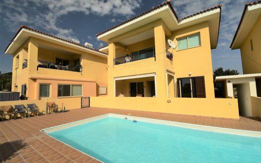 Wonderful Ground Floor Garden Apartment with Communal Pool