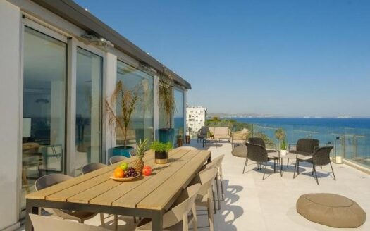 Stunning penthouse for rent on the seafront